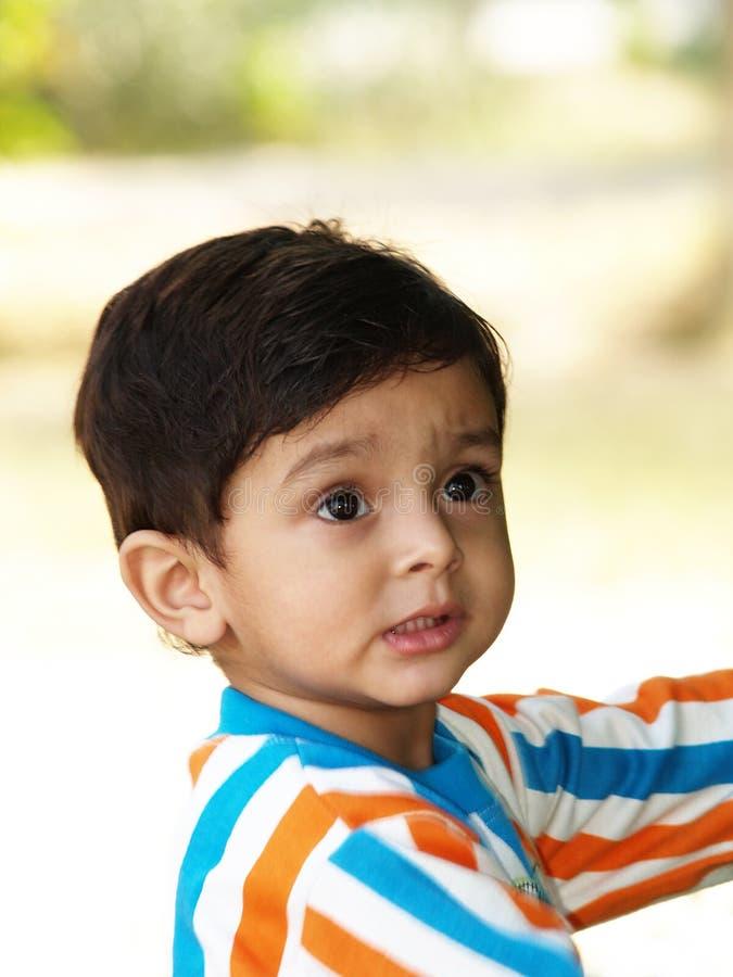 Rapaz pequeno em camisa listrada foto de stock royalty free