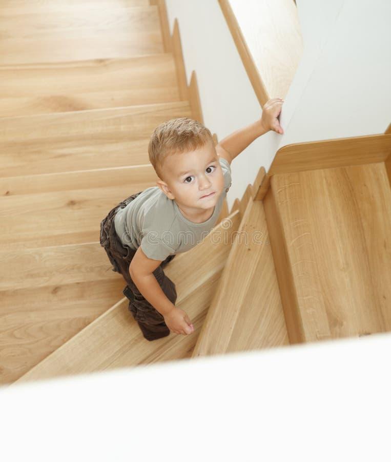 Rapaz pequeno em escadas fotos de stock royalty free