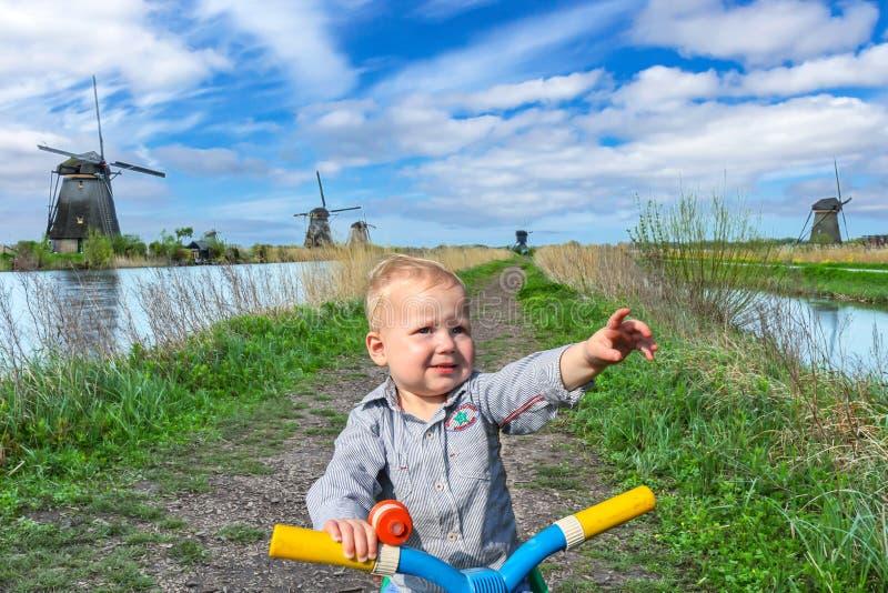 Rapaz pequeno em Kinderdijk fotografia de stock