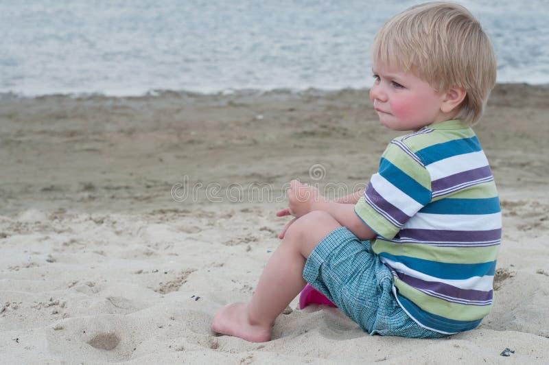 Rapaz pequeno em t-hirt listrado fotografia de stock