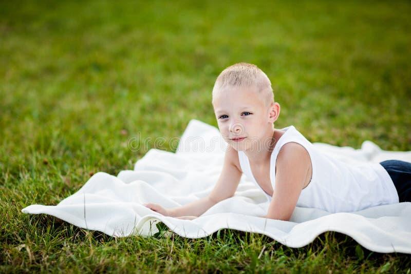 Rapaz pequeno em um parque foto de stock royalty free