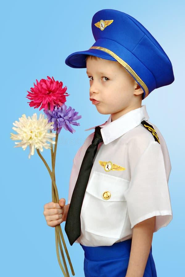 Rapaz pequeno em um piloto do terno fotografia de stock royalty free