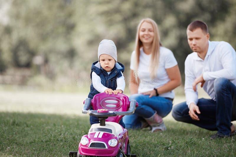 Rapaz pequeno em uma caminhada com seus pais foto de stock royalty free