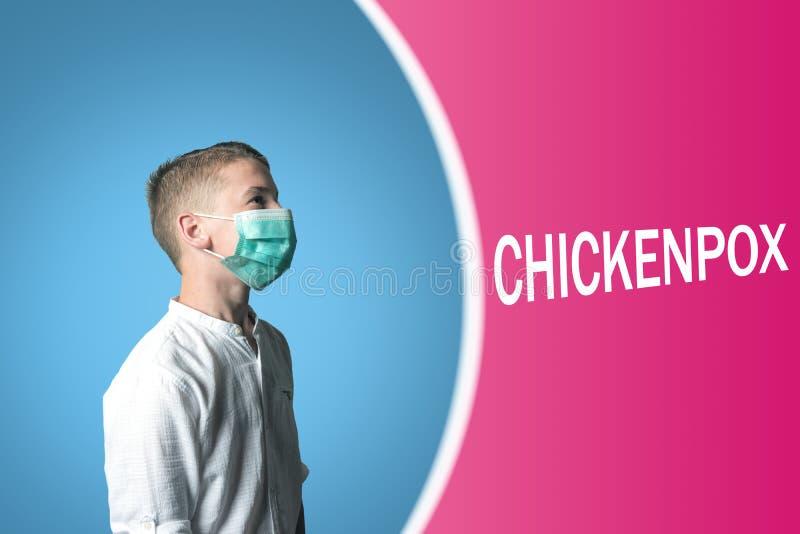 Rapaz pequeno em uma máscara médica em um fundo brilhante com VARICELA da inscrição fotografia de stock