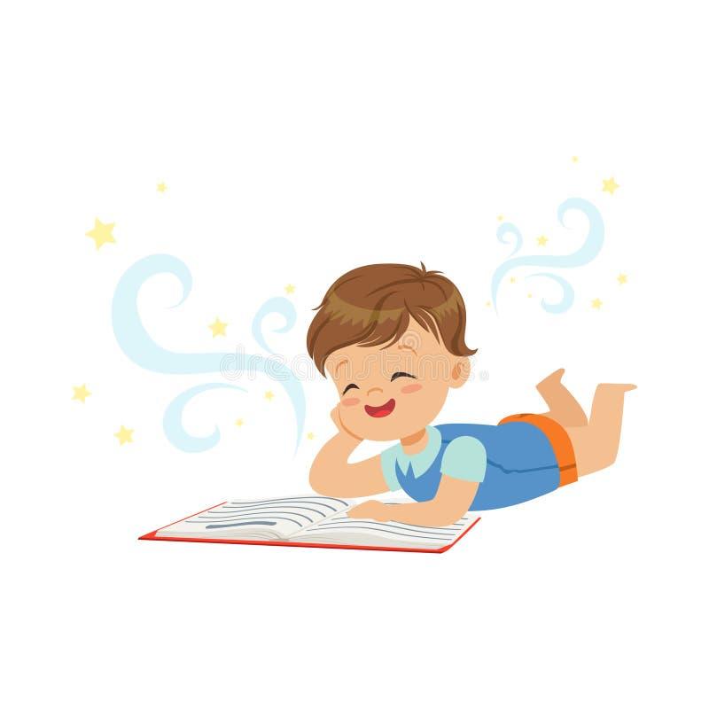 Rapaz pequeno engraçado que encontra-se e que lê o livro mágico com histórias da fantasia Conceito interessante da infância e da  ilustração stock