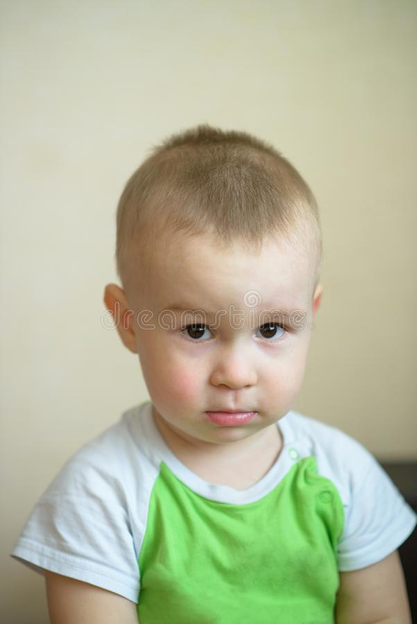 Rapaz pequeno engraçado que mostra as emoções, olhando sérias Criança caucasiano 2 anos velha Portriat do close up foto de stock royalty free
