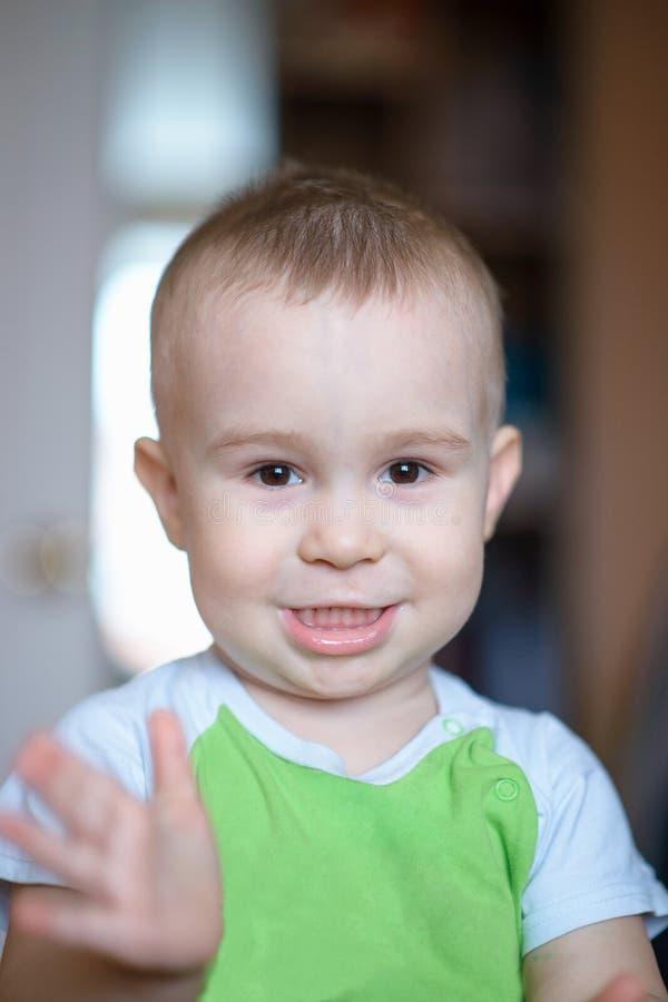 Rapaz pequeno engraçado que mostra as emoções, rindo Criança caucasiano 2 anos velha Portriat do close up fotografia de stock