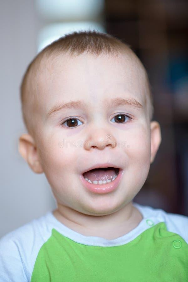Rapaz pequeno engraçado que mostra as emoções, rindo Criança caucasiano 2 anos velha Portriat do close up foto de stock