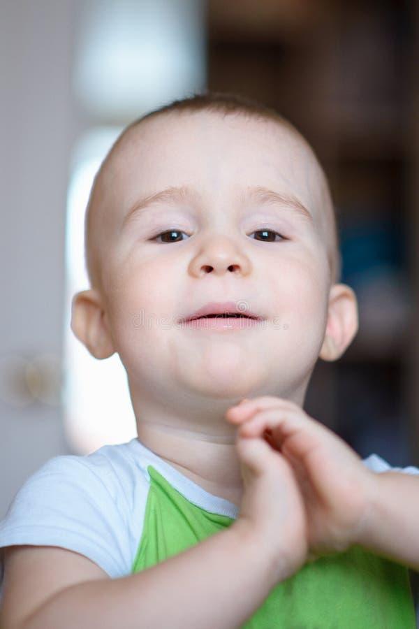 Rapaz pequeno engraçado que mostra emoções, admiração Criança caucasiano 2 anos velha Portriat do close up foto de stock royalty free
