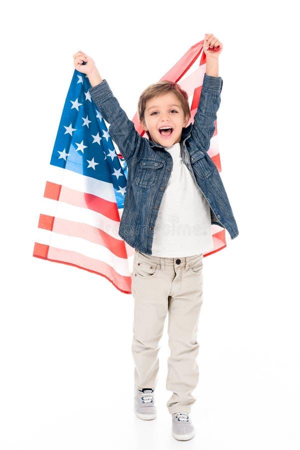 rapaz pequeno entusiasmado com bandeira dos EUA imagem de stock