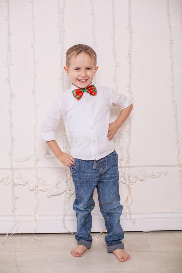 Rapaz pequeno feliz imagem de stock