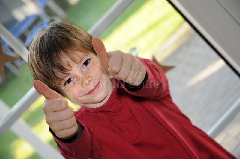 Rapaz pequeno feliz fotografia de stock