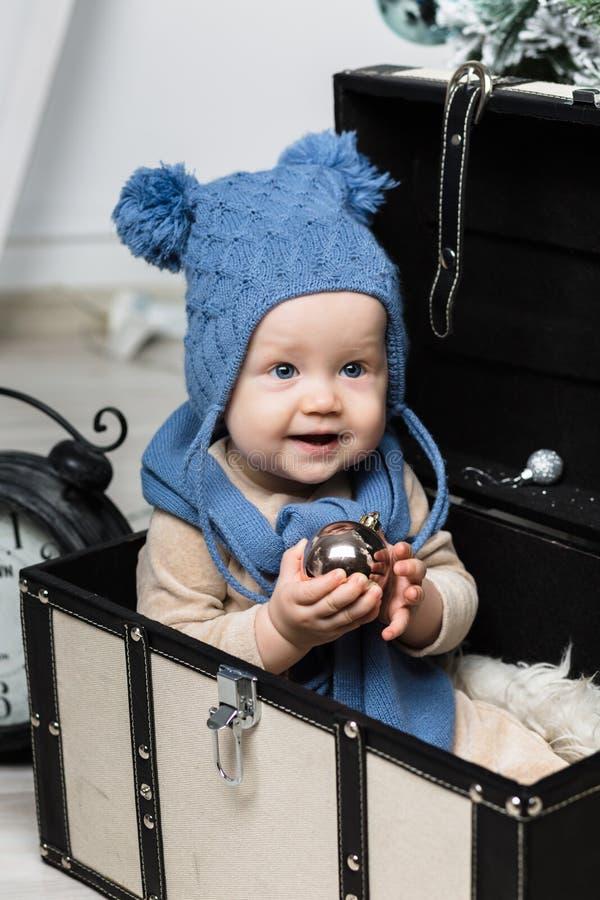 Rapaz pequeno feliz com fones de ouvido da pele imagens de stock