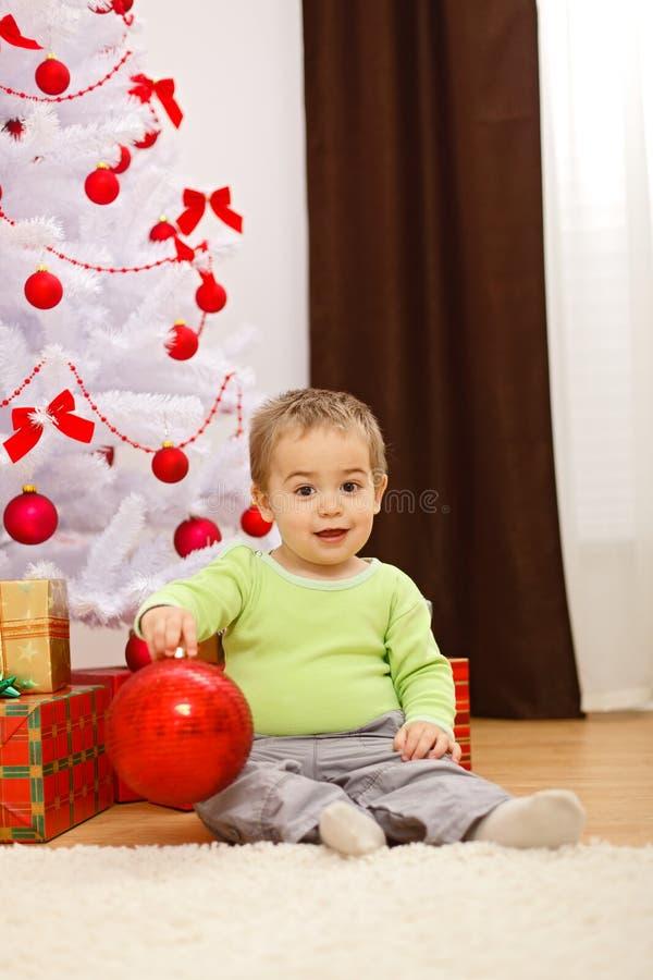 Rapaz pequeno feliz com o ornamento grande do Natal imagens de stock