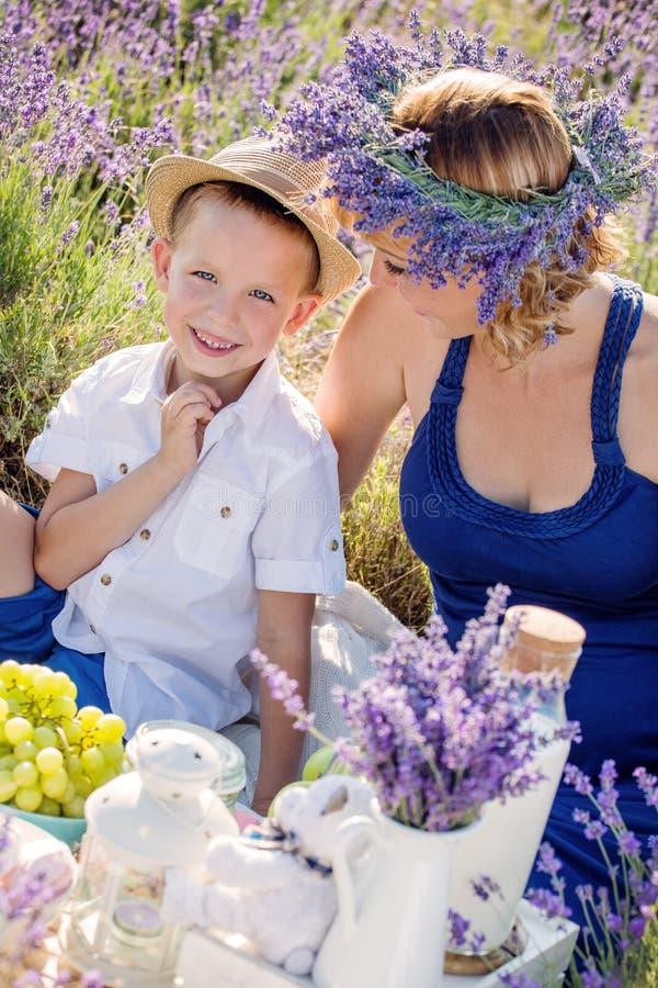 Rapaz pequeno feliz com sua mãe fotos de stock