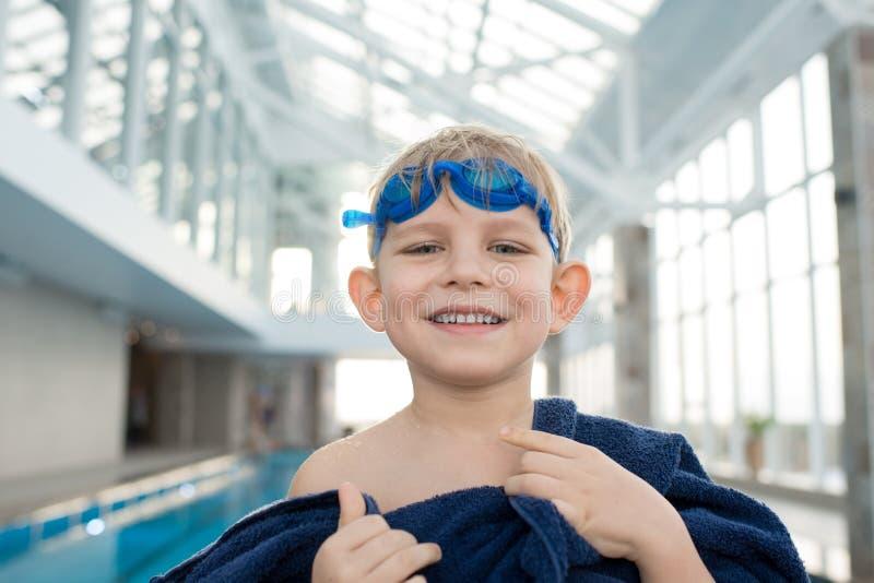 Rapaz pequeno feliz com toalha fotos de stock