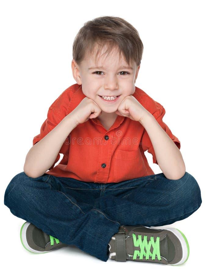 Rapaz pequeno feliz na camisa vermelha foto de stock royalty free