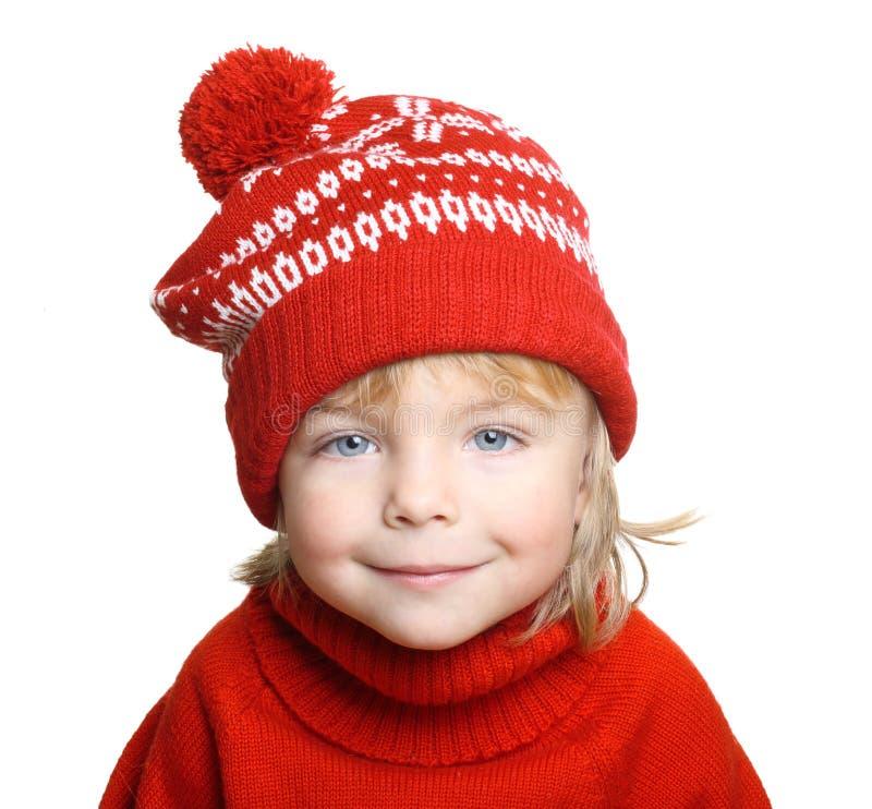 Rapaz pequeno feliz no chapéu e na camiseta vermelhos fotografia de stock royalty free