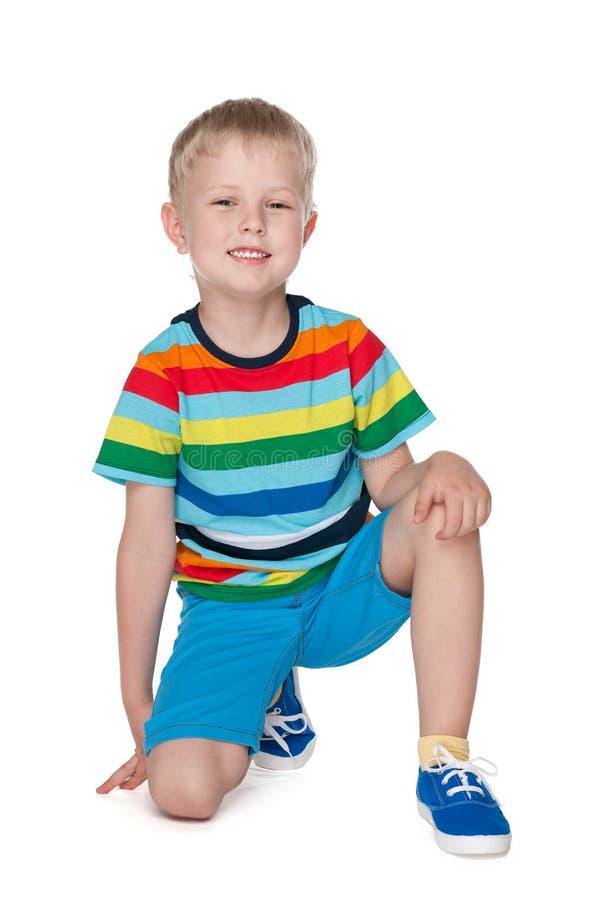 Rapaz pequeno feliz no fundo branco imagem de stock royalty free