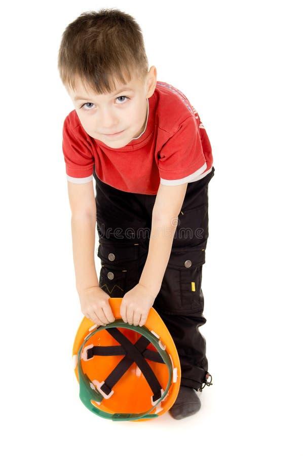 Rapaz pequeno feliz que está com um capacete imagem de stock royalty free