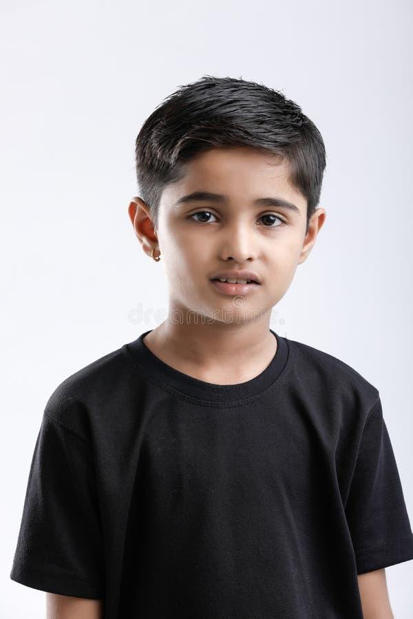 Rapaz pequeno indiano bonito que dá a expressão múltipla imagens de stock
