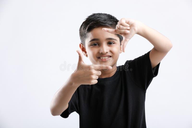 Rapaz pequeno indiano bonito que dá a expressão múltipla fotografia de stock royalty free