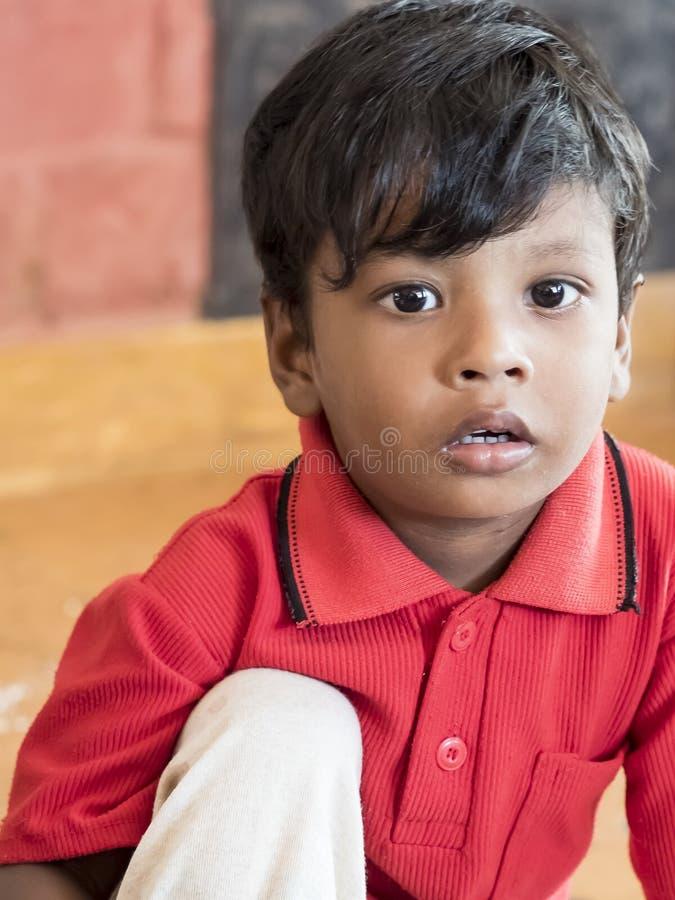 Rapaz pequeno indiano com expressão tímida tímida fotos de stock royalty free