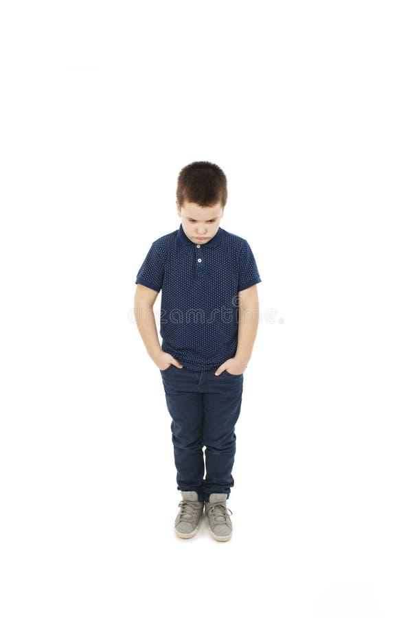 Rapaz pequeno irritado com mão em uns bolsos imagens de stock