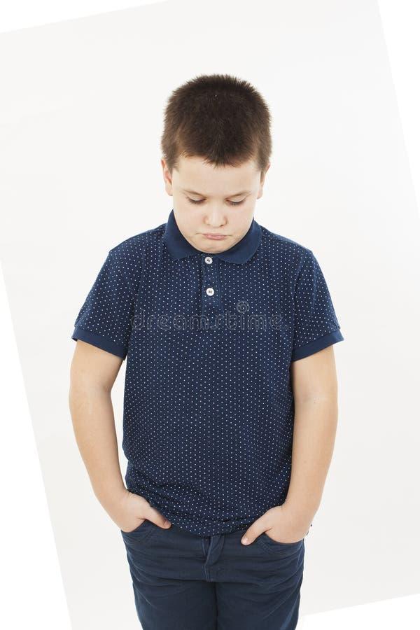 Rapaz pequeno irritado com mão em uns bolsos imagens de stock royalty free