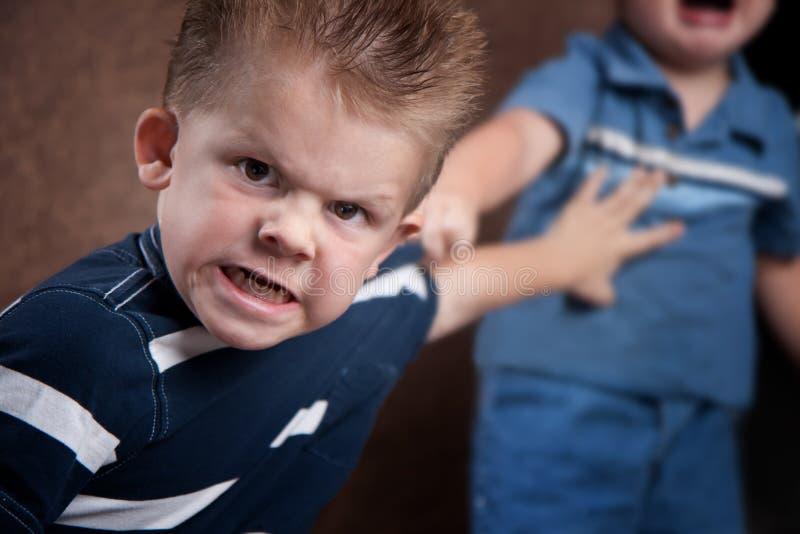 Rapaz pequeno irritado que brilha e que luta imagens de stock royalty free