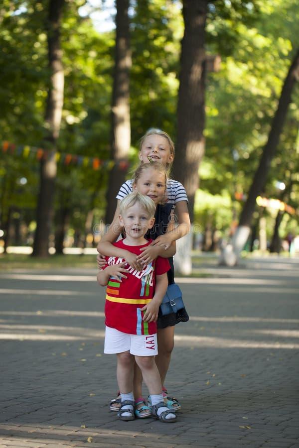 Rapaz pequeno louro e três irmãs mais idosas dos primos foto de stock royalty free