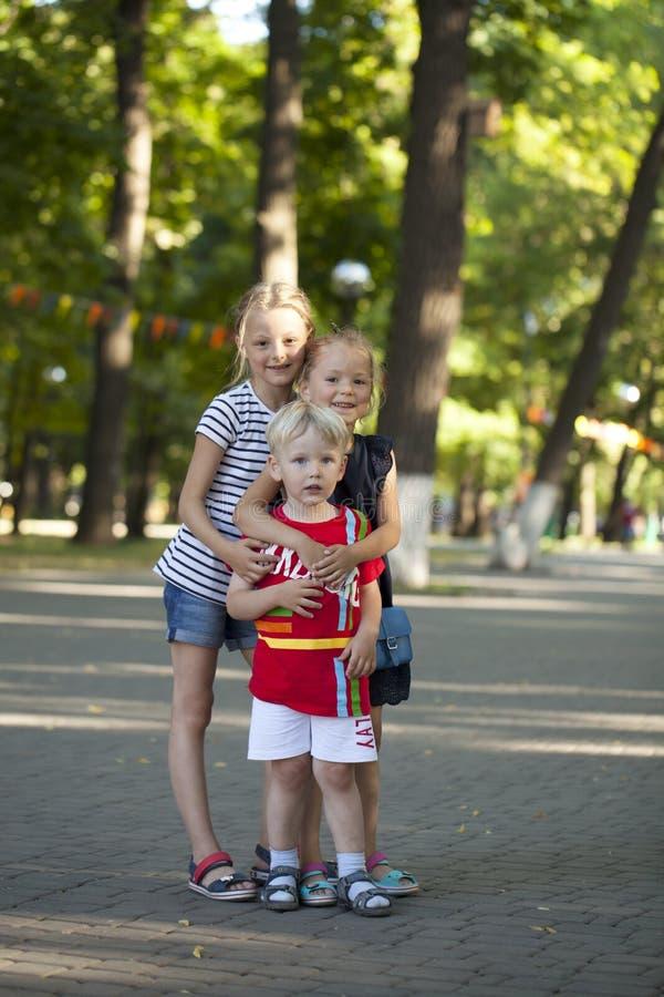 Rapaz pequeno louro e três irmãs mais idosas dos primos imagem de stock royalty free