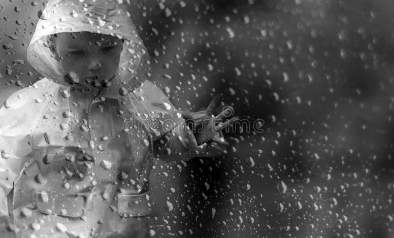 Rapaz pequeno na chuva fotos de stock royalty free