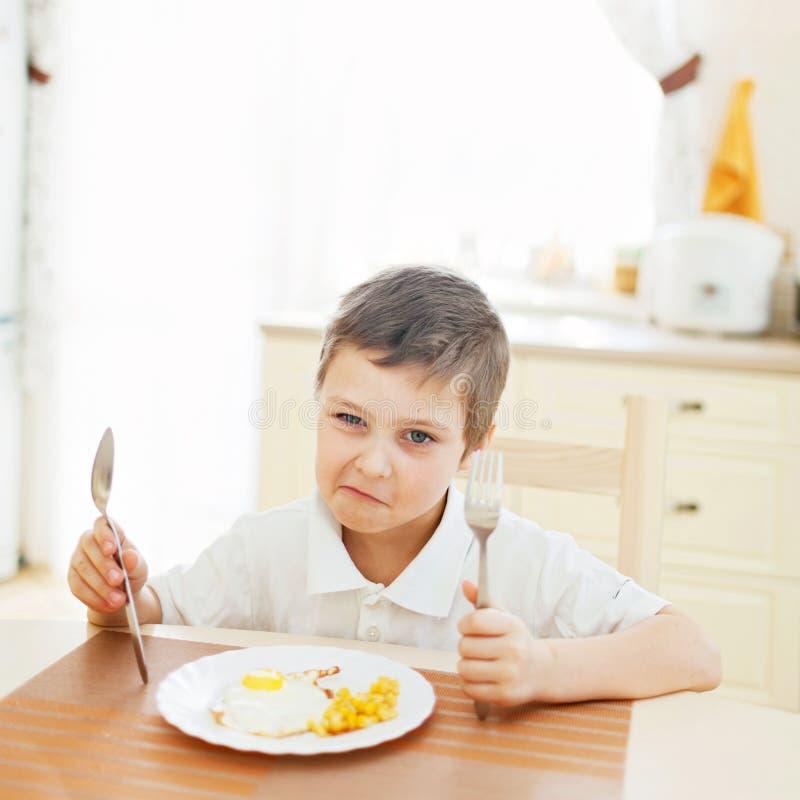 Rapaz pequeno na cozinha foto de stock