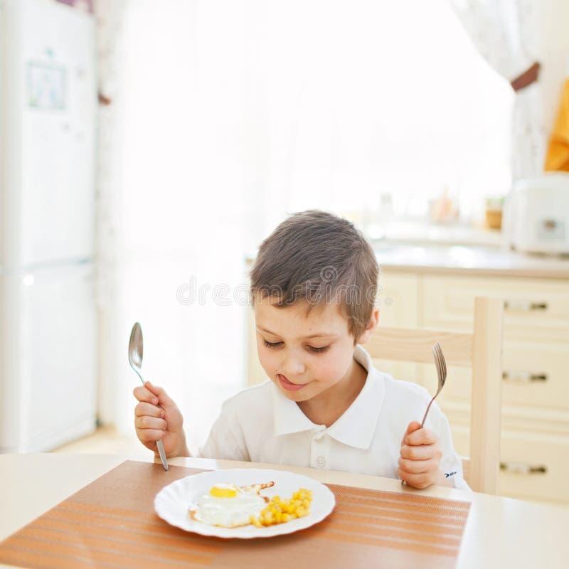 Rapaz pequeno na cozinha imagem de stock