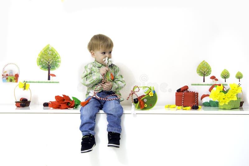 Rapaz pequeno na mola imagem de stock