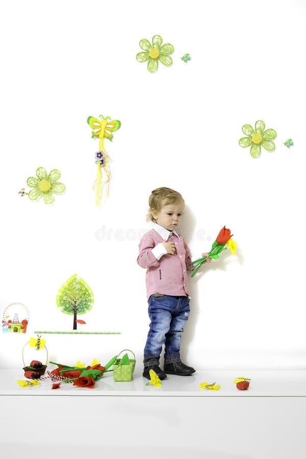 Rapaz pequeno no arranjo da mola imagem de stock royalty free