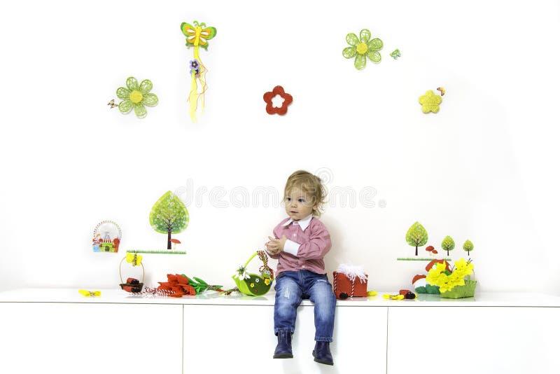 Rapaz pequeno no arranjo da mola fotografia de stock