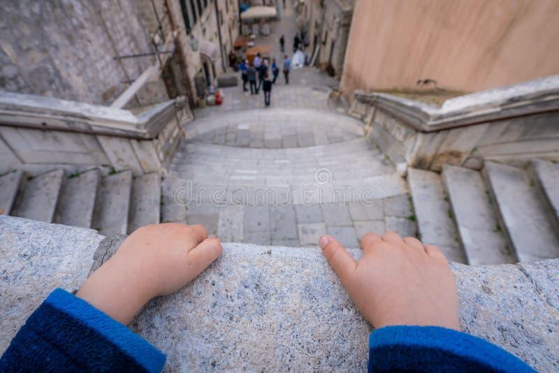Rapaz pequeno no balcão em Dubrovnik fotos de stock