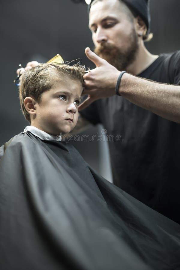 Rapaz pequeno no barbeiro fotos de stock royalty free