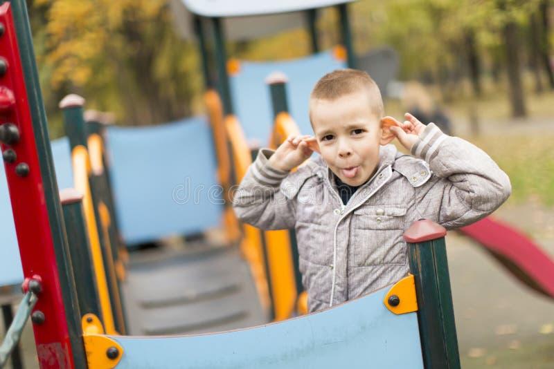Rapaz pequeno no campo de jogos fotografia de stock royalty free