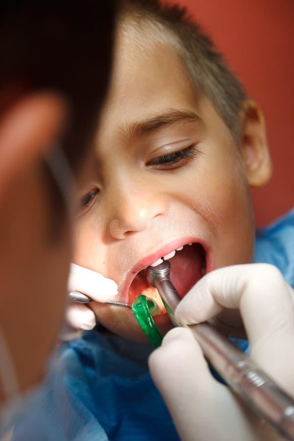 Rapaz pequeno no dentista fotografia de stock