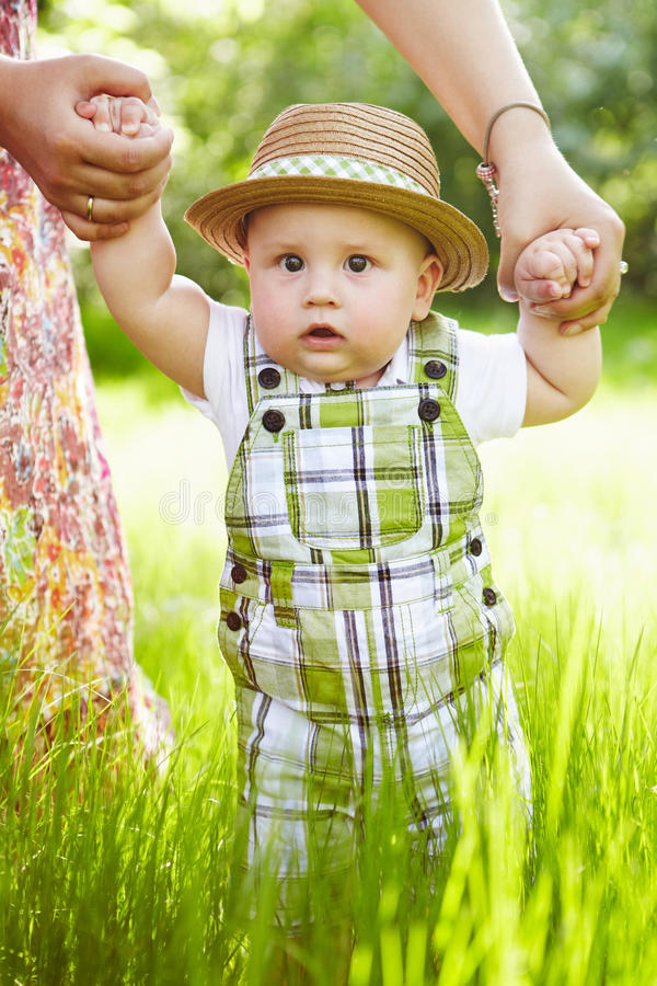 Rapaz pequeno no jardim. Passeio fora. fotos de stock