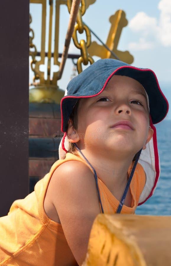 Rapaz pequeno no navio de passageiro histórico foto de stock