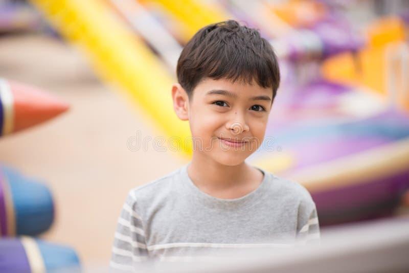 Rapaz pequeno no parque de diversões exterior imagens de stock royalty free