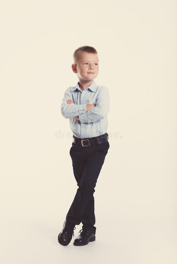 Rapaz pequeno no terno Retrato das crianças De volta à escola Homem à moda na camisa elegante e nas calças do terno com olhos azu fotos de stock