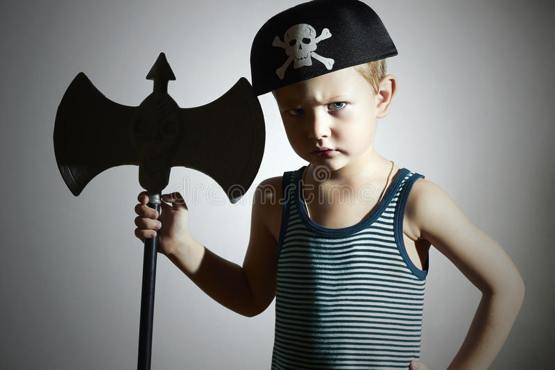 Rapaz pequeno no traje do carnaval Guerreiro irritado Miúdos da forma masquerade Criança do pirata Halloween fotos de stock royalty free