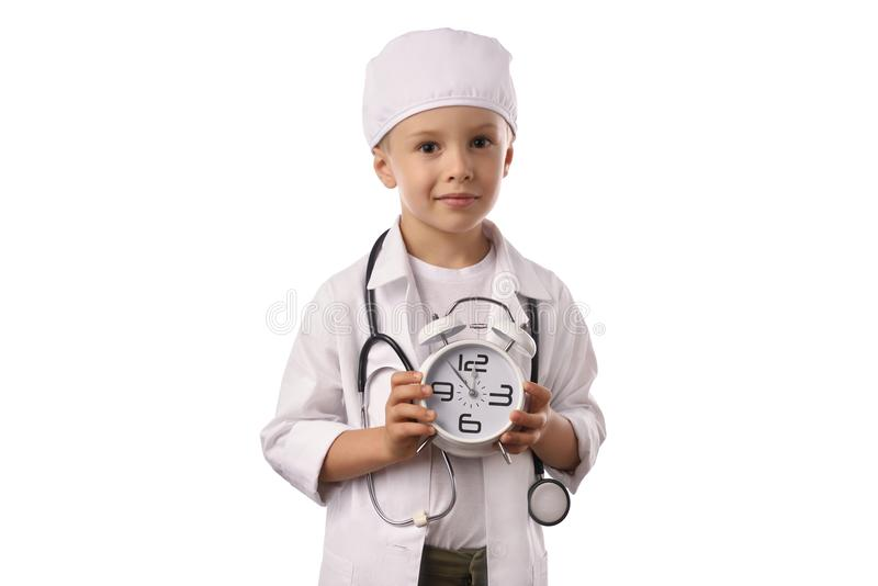 Rapaz pequeno no uniforme médico isolado no branco fotos de stock royalty free