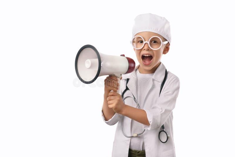 Rapaz pequeno no uniforme médico isolado no branco imagem de stock