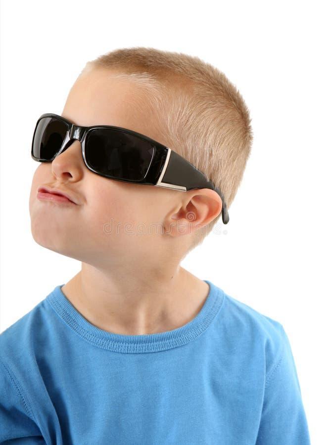 Rapaz pequeno nos óculos de sol que canta imagens de stock